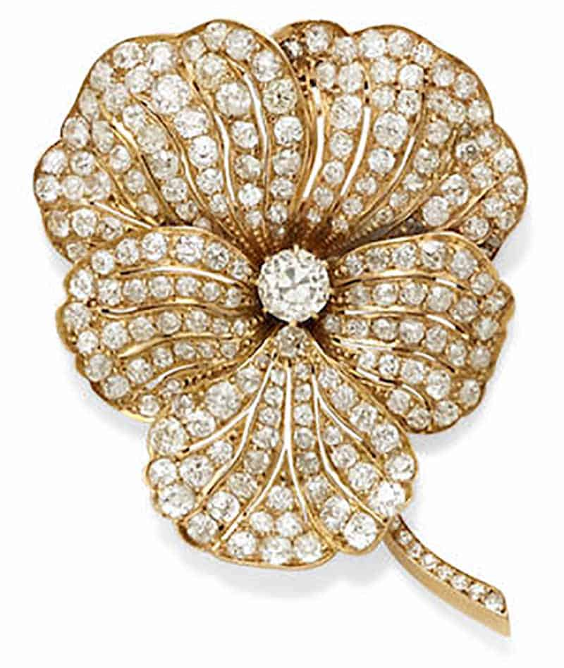 LOT 422 - A DIAMOND AND GOLD PANSY BROOCH