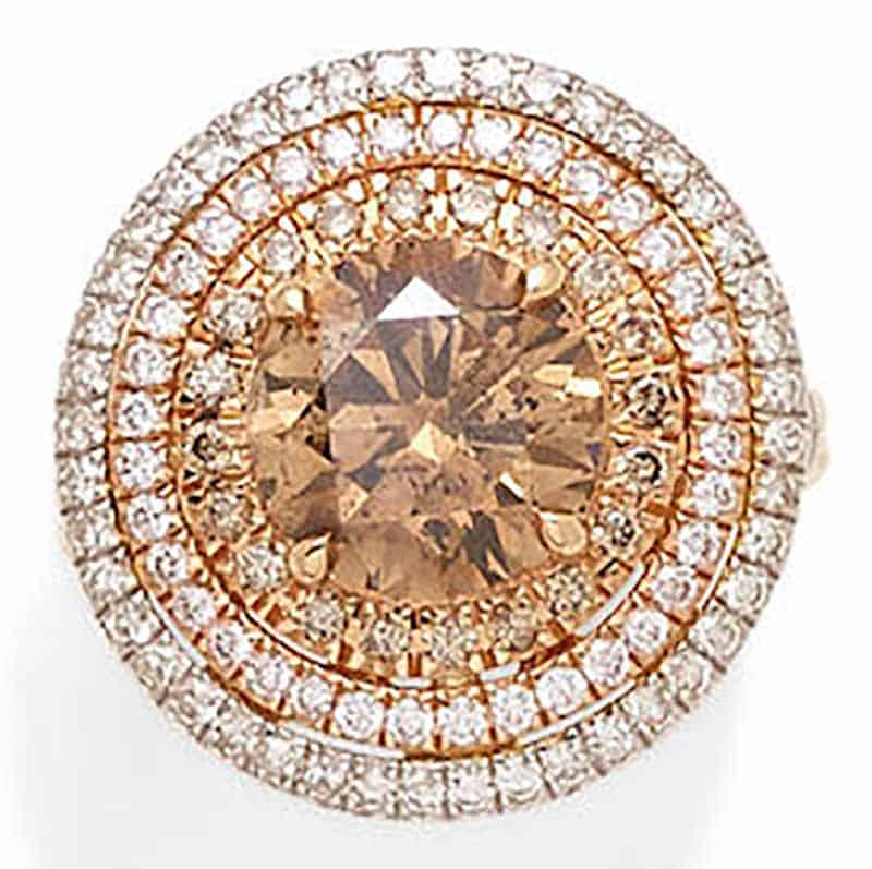 LOT 373 - A COLORED DIAMOND, DIAMOND AND 18K TRI-COLOR GOLD RING