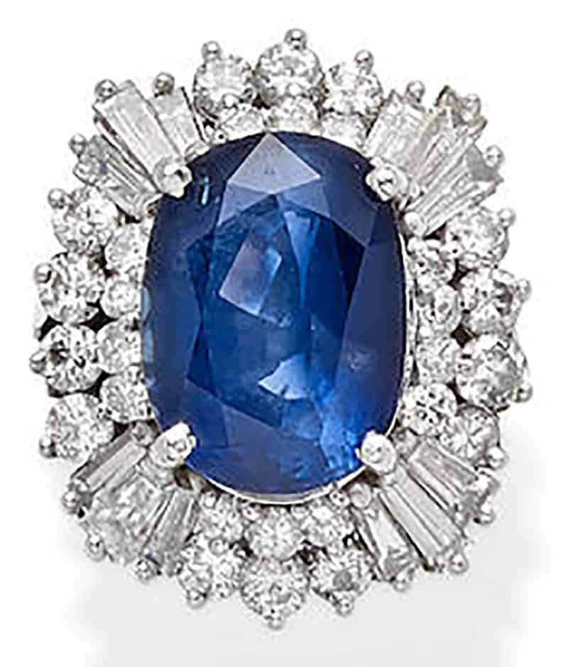 LOT 288 - A SAPPHIRE, DIAMOND AND PLATINUM RING