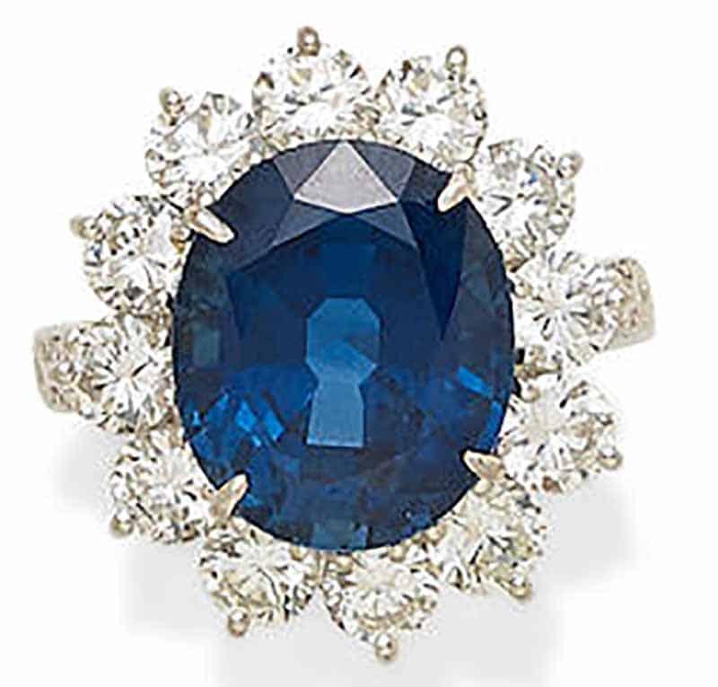 LOT 358 - A SAPPHIRE, DIAMOND AND PLATINUM RING