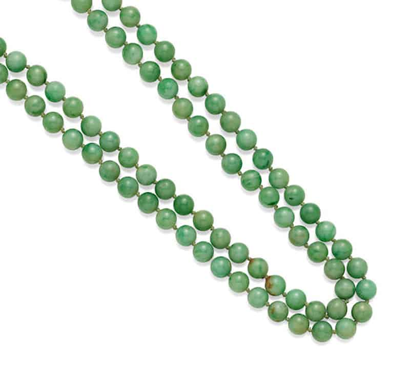 LOT 309 - A JADEITE JADE BEAD AND GOLD NECKLACE
