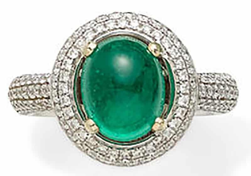LOT 312 - AN EMERALD, DIAMOND AND 18K WHITE GOLD RING