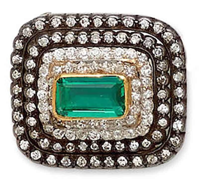 LOT 305 - AN EMERALD, DIAMOND, SILVER AND GOLD BROOCH