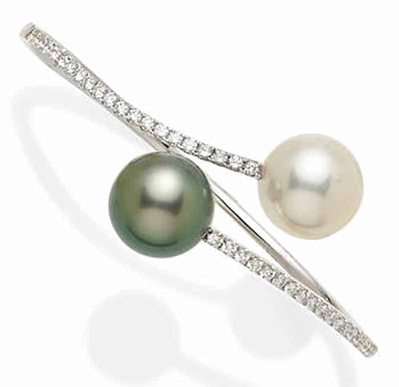 LOT 392 - A COLORED CULTURED PEARL, CULTURED PEARL, DIAMOND AND 18K WHITE GOLD HINGED BANGLE