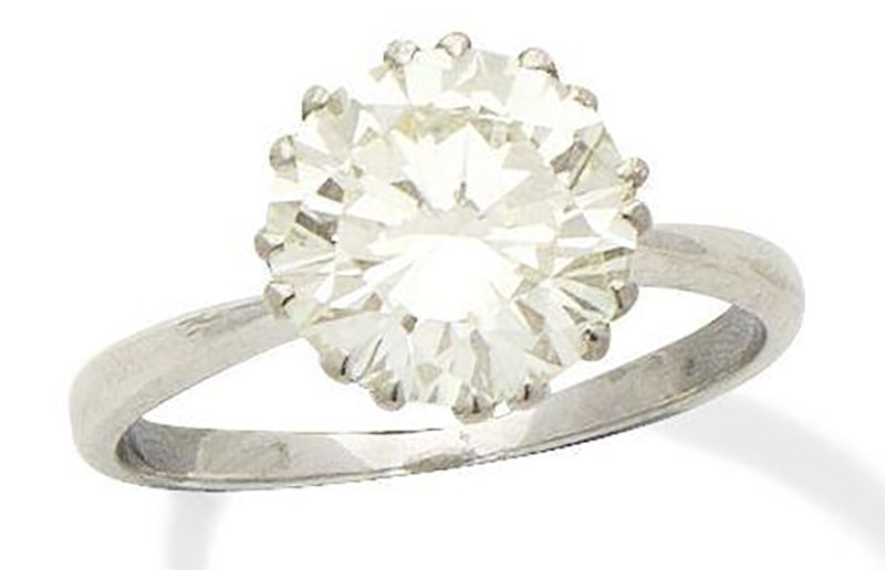 LOT 300 - A SINGLE-STONE DIAMOND RING