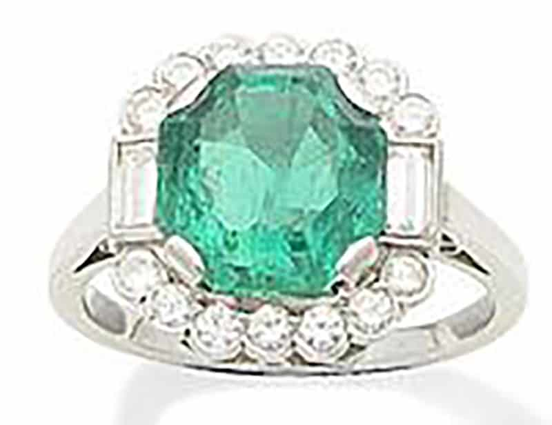 LOT 232 - AN EMERALD AND DIAMOND RING