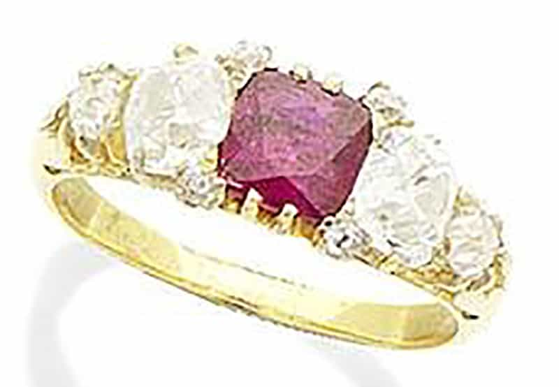 Lot 241 - A RUBY AND DIAMOND RING