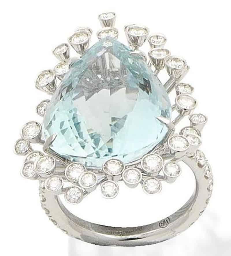 LOT 298 - AN AQUAMARINE AND DIAMOND RING