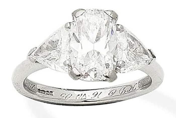 LOT 431 - A DIAMOND THREE-STONE RING