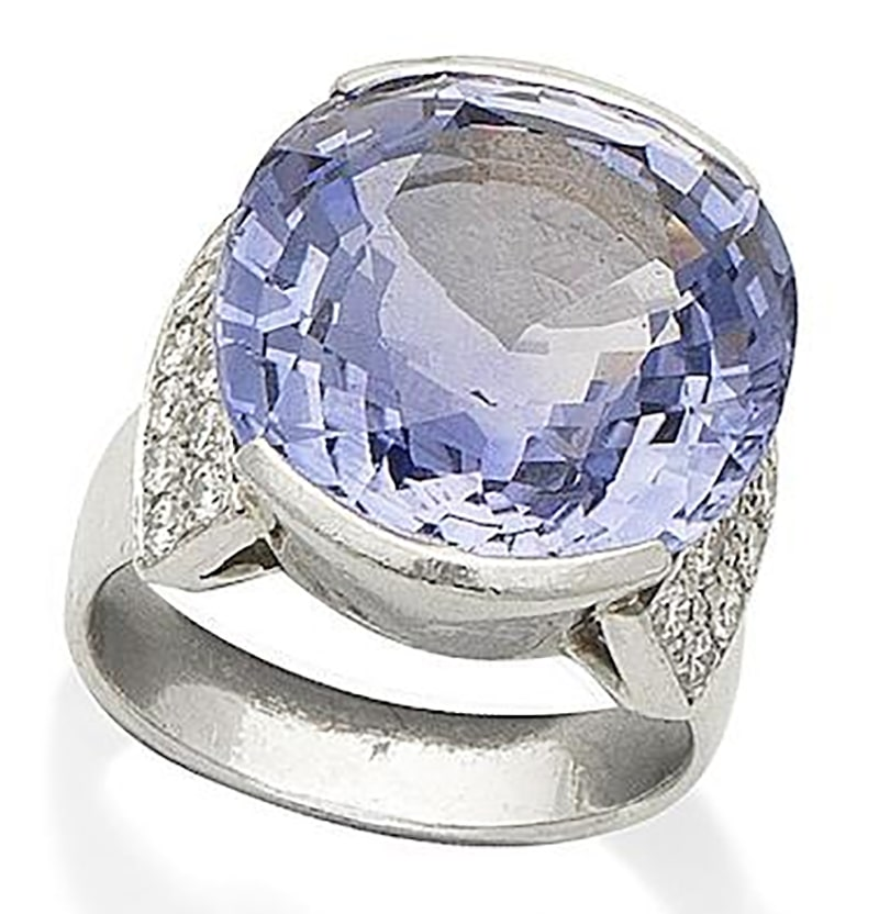 LOT 302 - A SAPPHIRE AND DIAMOND RING