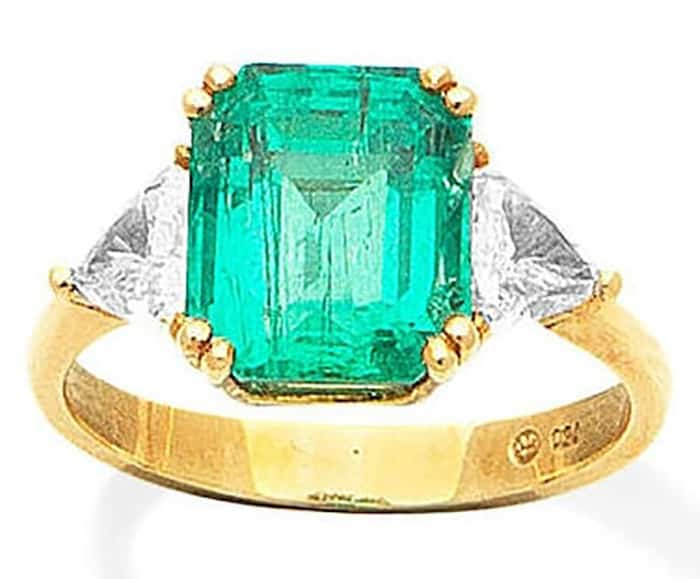 LOT 413 - AN EMERALD AND DIAMOND RING