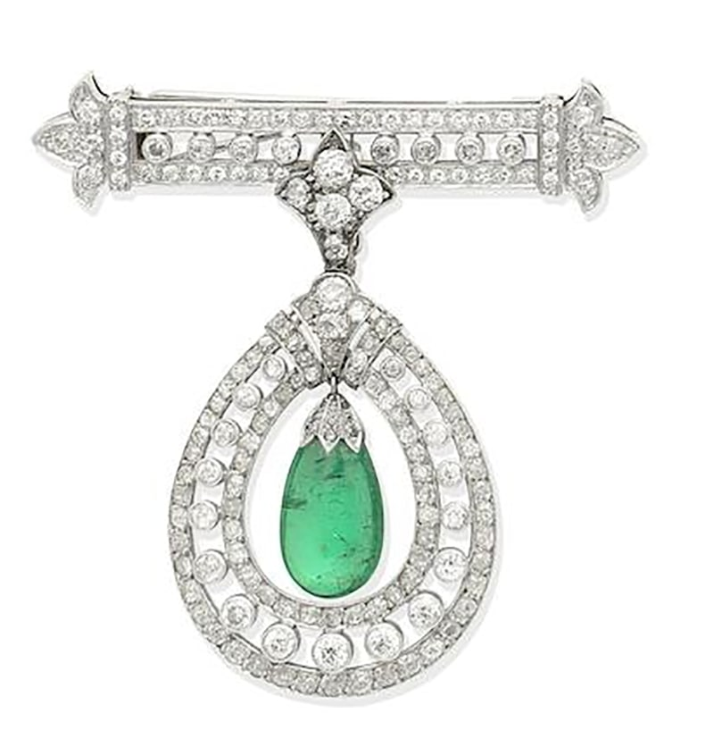LOT 382 - AN EMERALD AND DIAMOND PENDANT/BROOCH