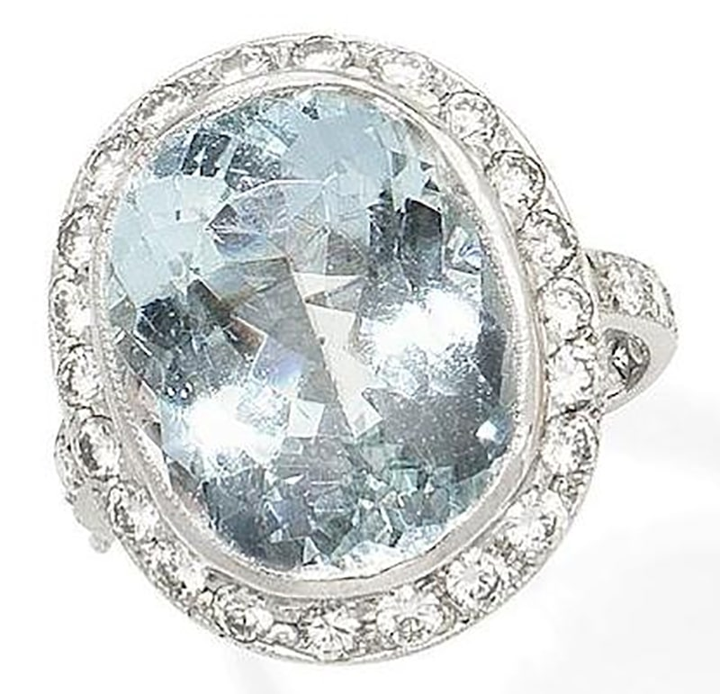 LOT 362 - AN AQUAMARINE AND DIAMOND CLUSTER RING