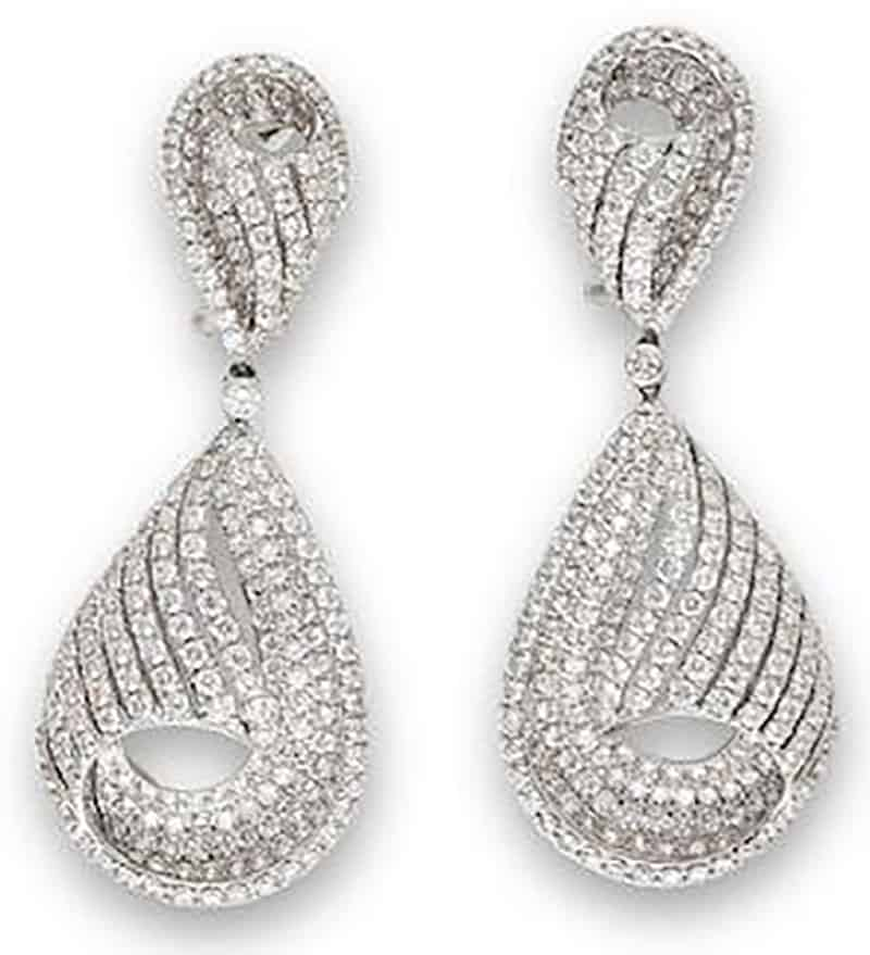 LOT 712 - A PAIR OF DIAMOND PENDENT EARRINGS