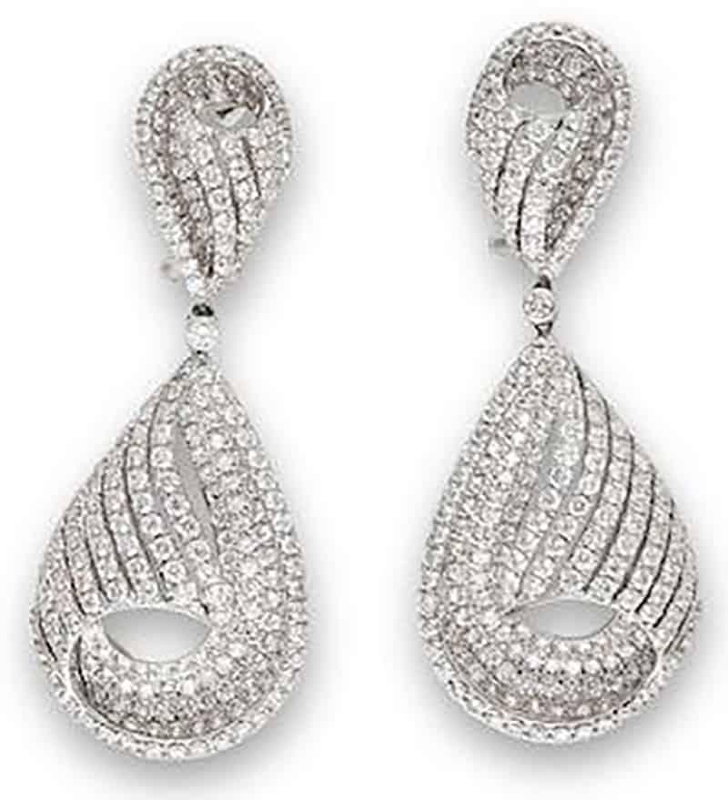 LOT 712 - A PAIR OF DIAMOND PENDENT EARRINGS