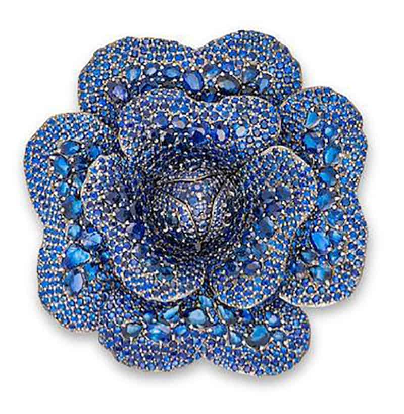 Lot 707 - A SAPPHIRE FLORAL BROOCH/PENDANT