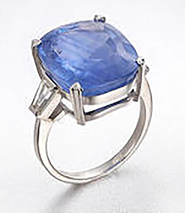 LOT 708 - A SAPPHIRE AND DIAMOND RING