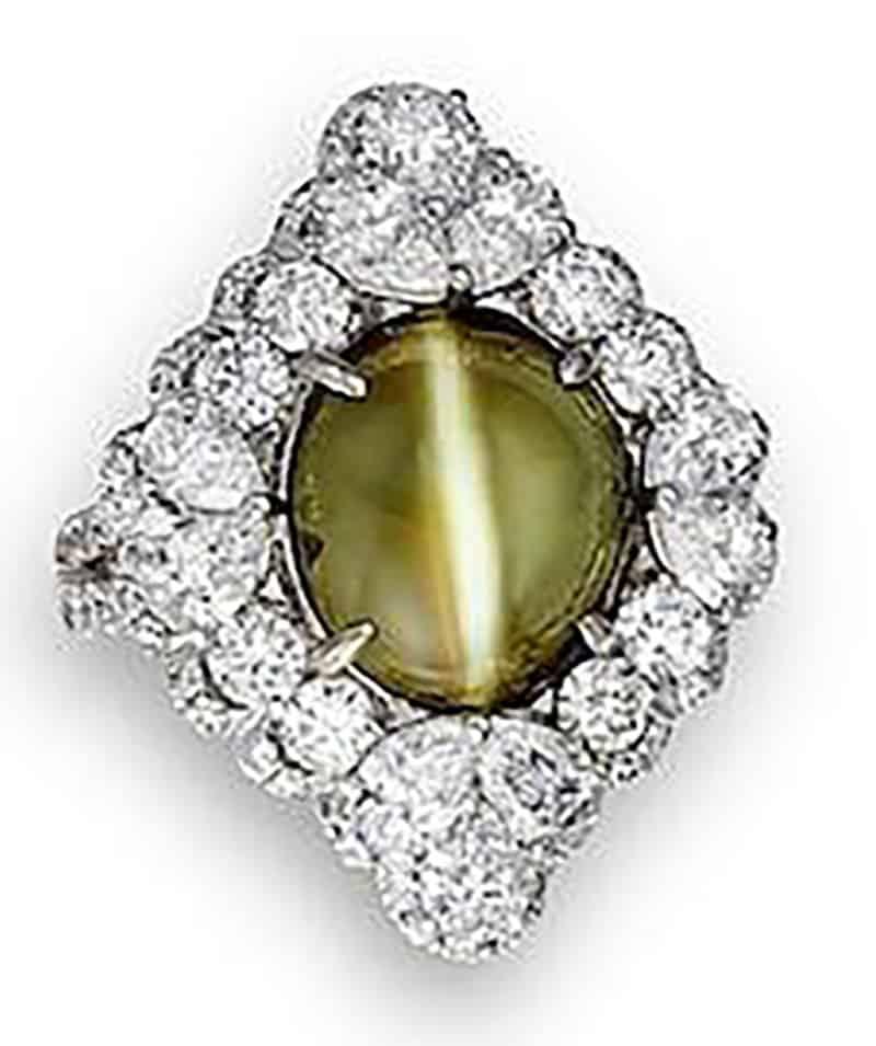 LOT 526 - A CAT'S EYE CHRYSOBERYL AND DIAMOND RING