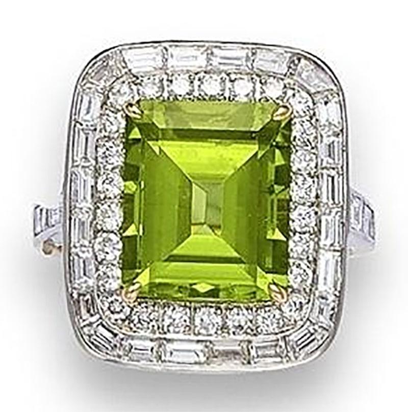 LOT 559 - A PERIDOT AND DIAMOND RING