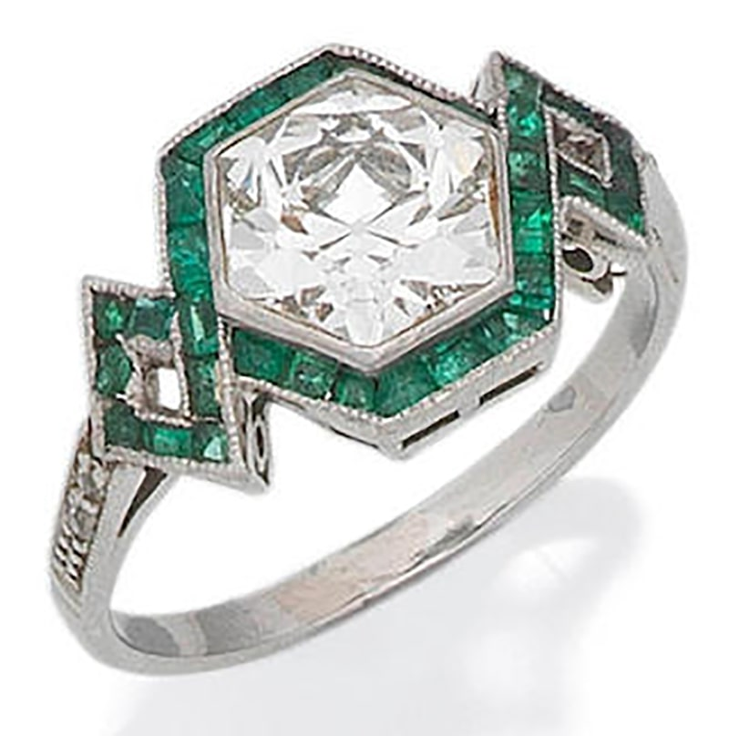 LOT 34 - AN EMERALD AND DIAMOND RING