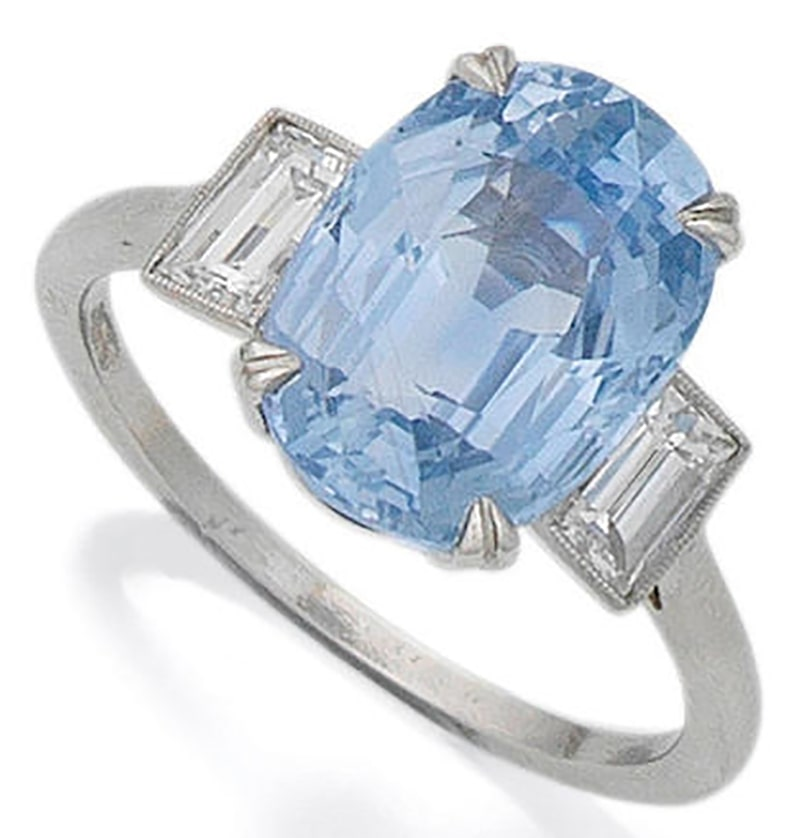 LOT 46 - A SAPPHIRE AND DIAMOND RING