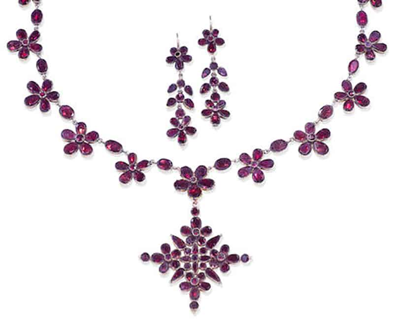 LOT 171 - A 19TH CENTURY GARNET NECKLACE, PENDANT AND EARRING SUITE