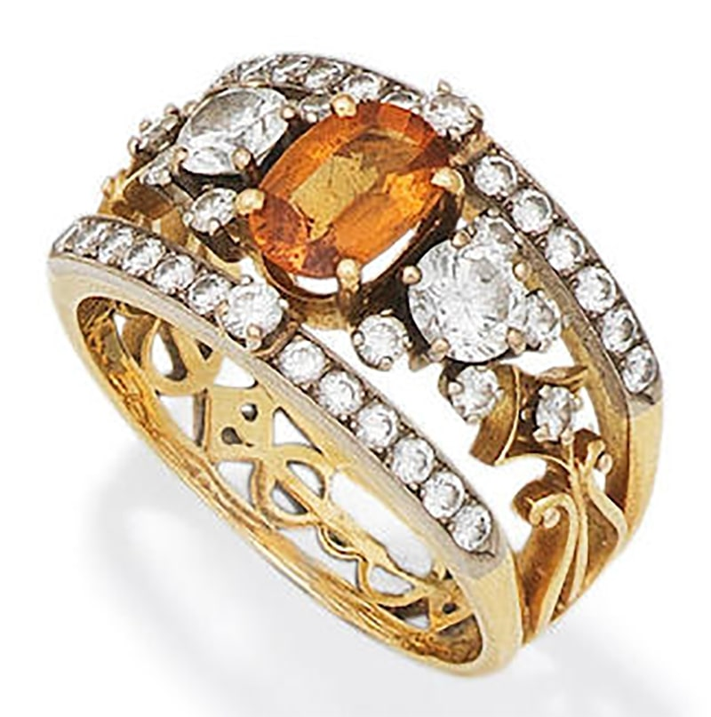 LOT 56 - AN ORANGE SAPPHIRE AND DIAMOND RING