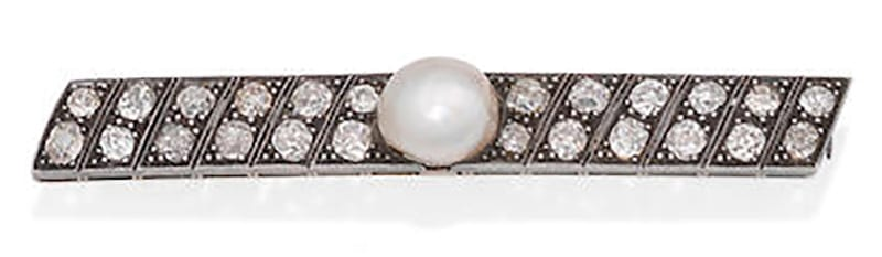 LOT 265 - AN EARLY 20TH CENTURY NATURAL PEARL AND DIAMOND BROOCH