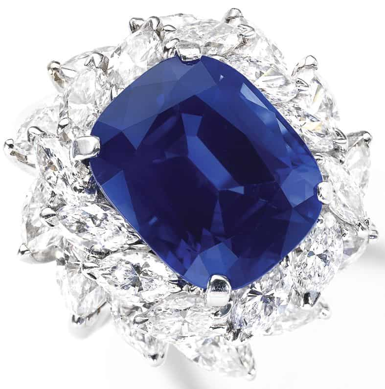 LOT 561 - ATTRACTIVE SAPPHIRE AND DIAMOND RING