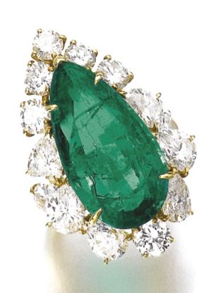 LOT 541 - RING OF THE EMERALD AND DIAMOND PARURE