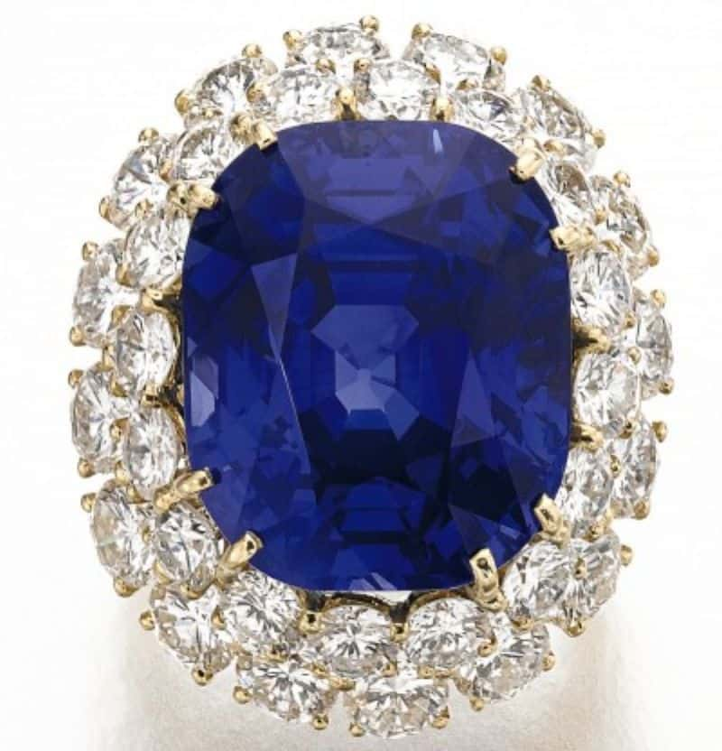 LOT 143 - SAPPHIRE AND DIAMOND RING