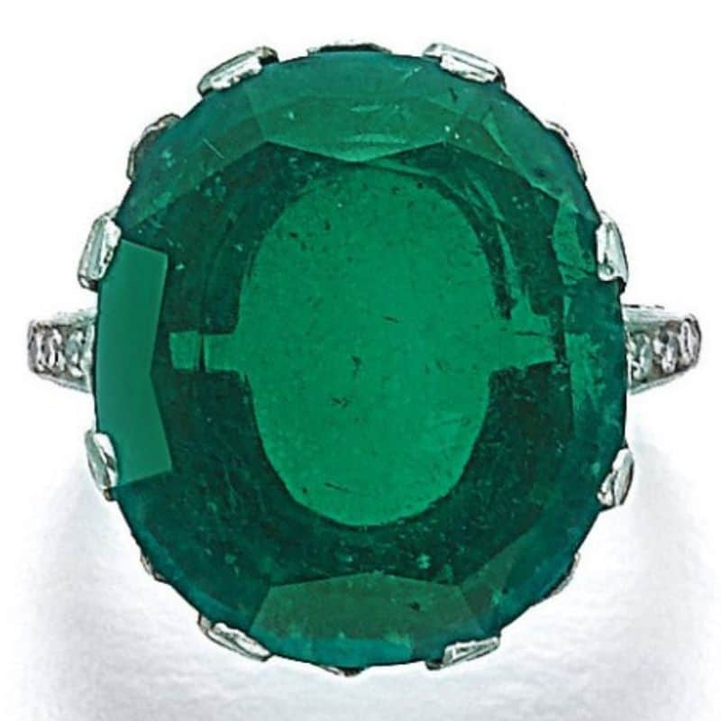 LOT-199-ATTRACTIVE-EMERALD-AND-DIAMOND-RING