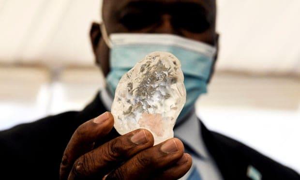 Botswana's president, Mokgweetsi Masisi, inspects Debswana's find